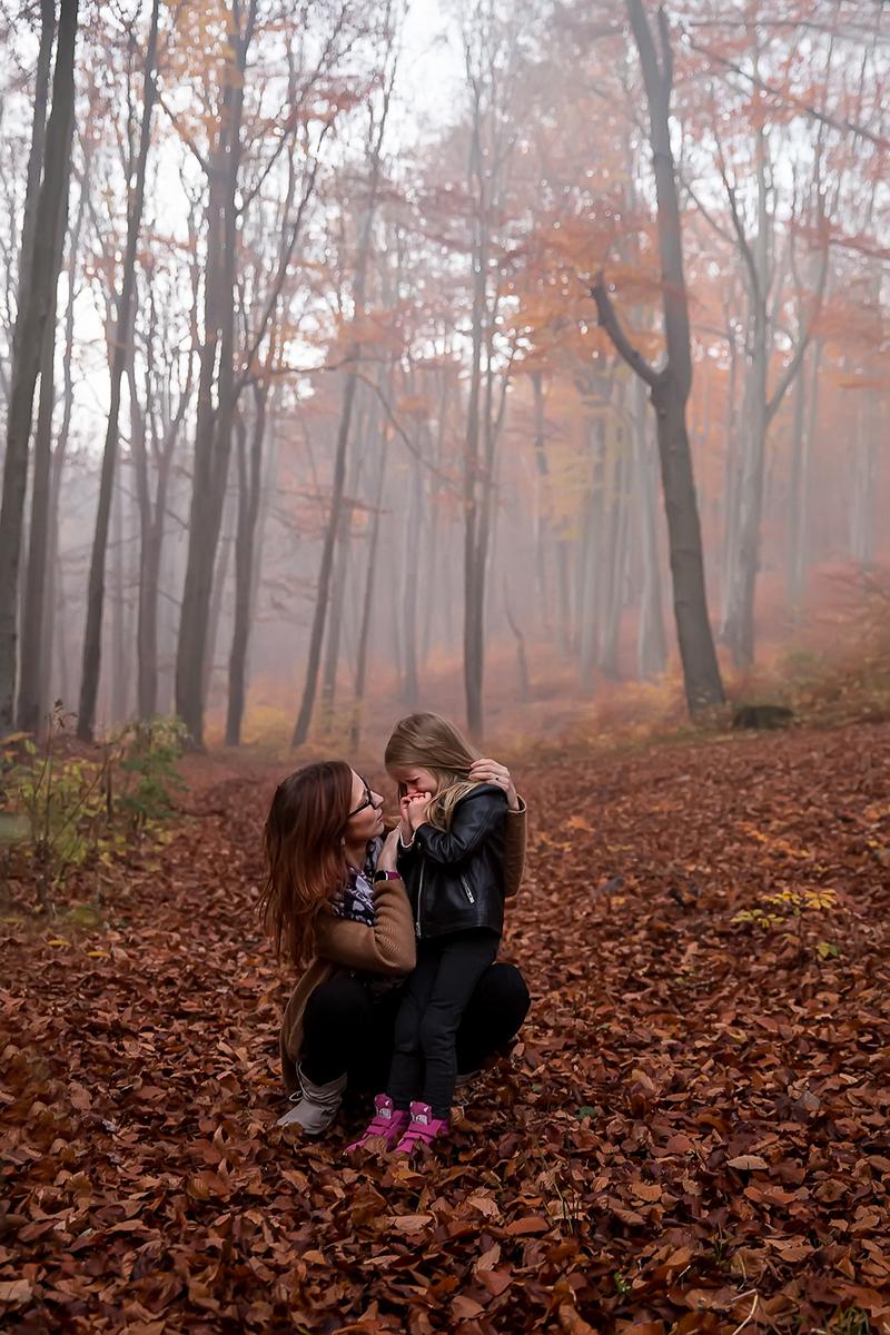 maminka-s-dcerou-v-podzimnim-lese