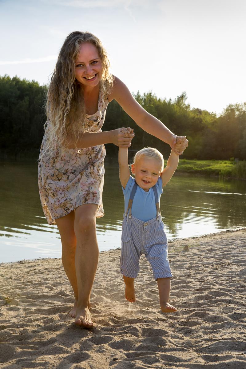 maminka-se-synem-na-plazi