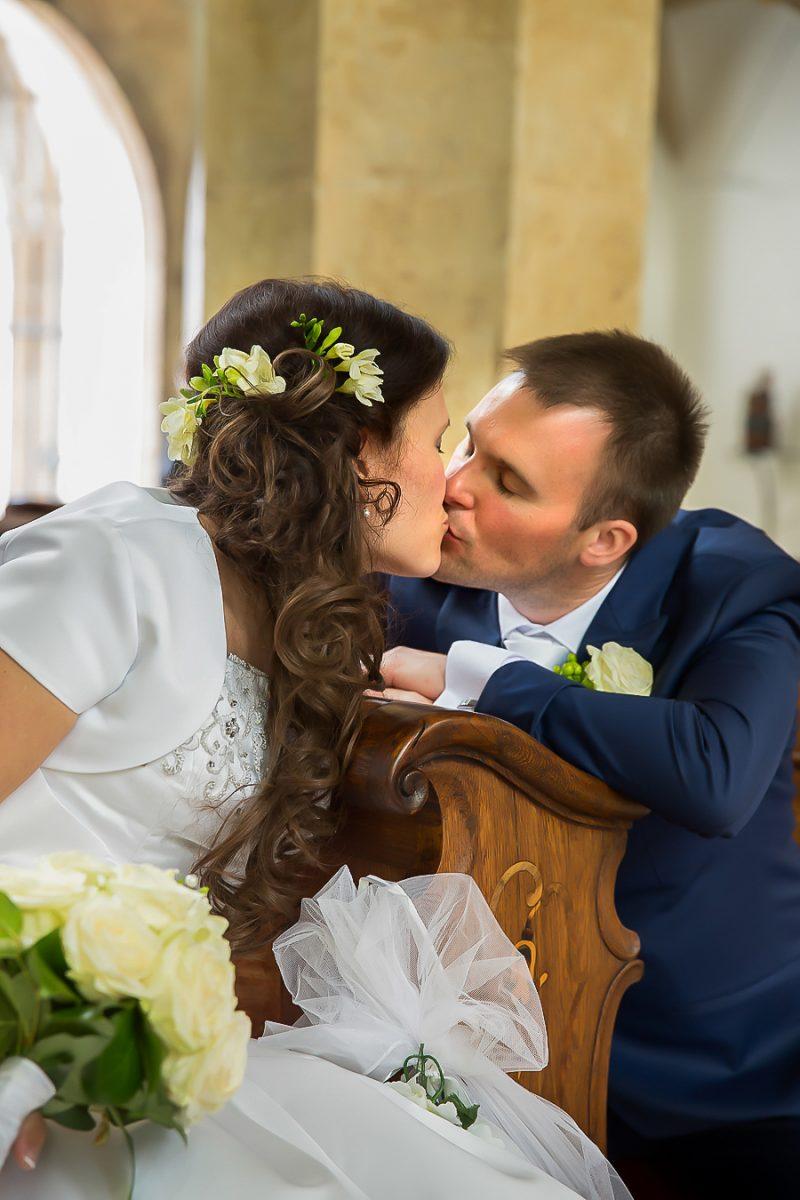 polibek-nevesty-a-zenicha-v-kostele
