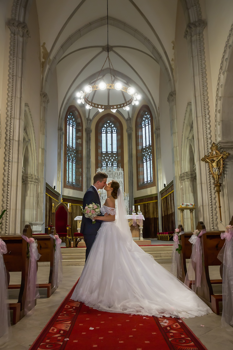 prvni-polibek-novomanzelu-v-kostele
