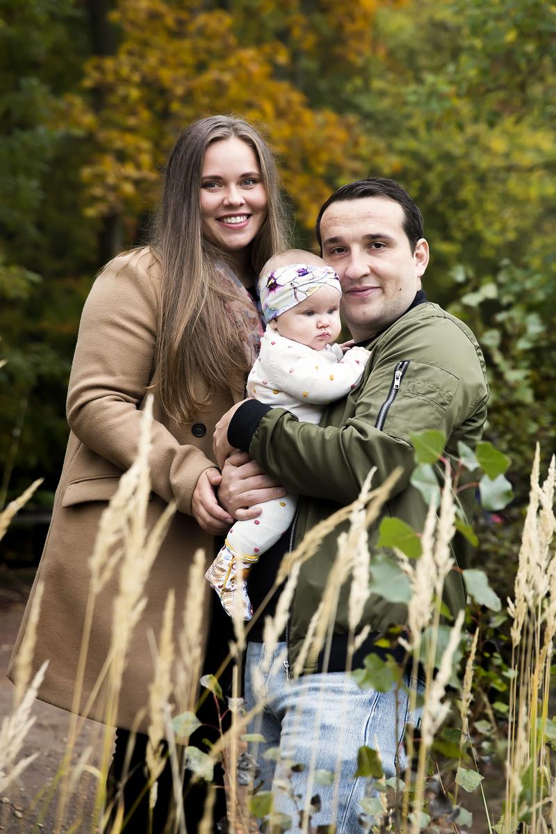 rodina-s-miminkem-za-vysokou-travou