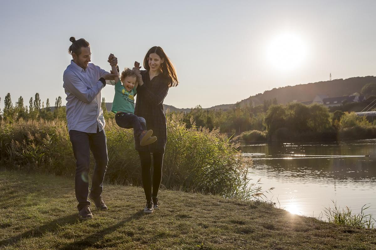 rodina-si-hraje-u-vody